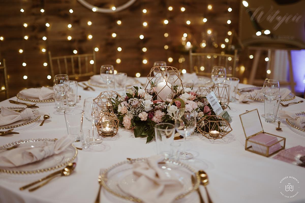 Odzobiony stół poczas uroczystości weselnej w Hotelach Diament