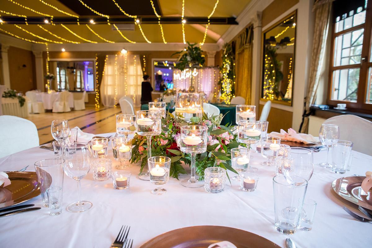 Odzobiony stół podczas uroczystości weselnej w Hotelach Diament