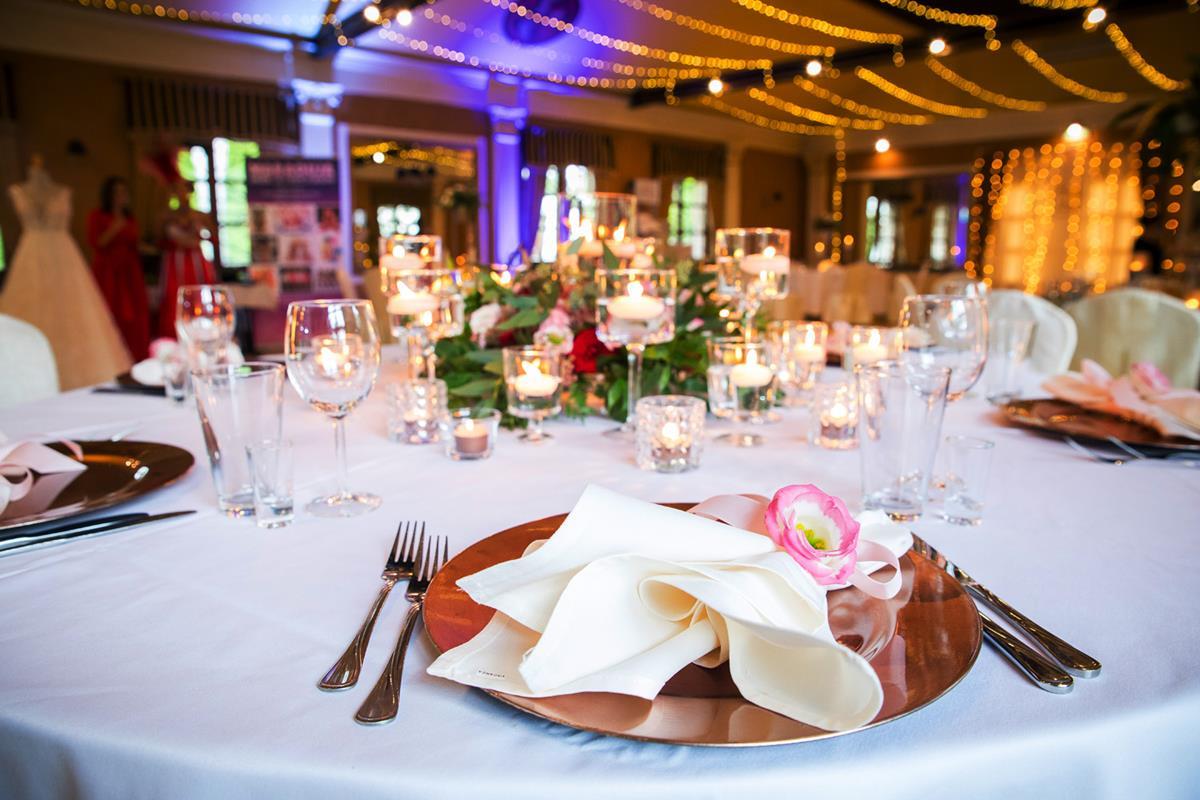 Odzobiony stół podczas wesela w Hotelach Diament