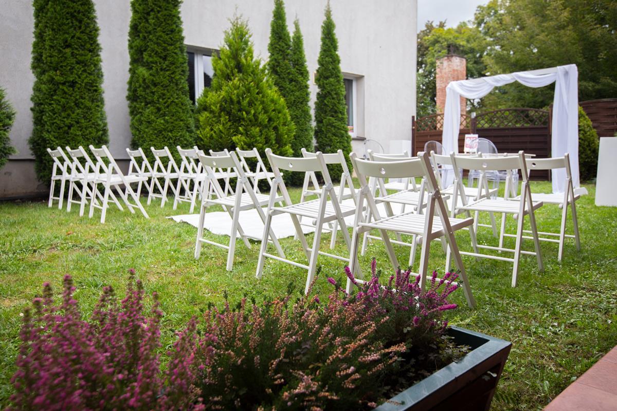 Ołtarz weselny w ogrodach Hoteli Diament